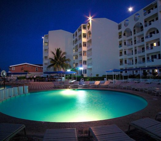 L'hôtel Aquamarina Beach 4* à Cancun, au Mexique, le soir